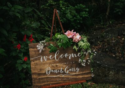 Romantic-Garden-Wedding_dark-wooden-welcome-sign